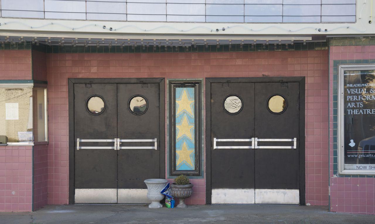 front doors & Ellis Theatre | Suzassippi