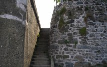retaining-wall-steps-up-to-street